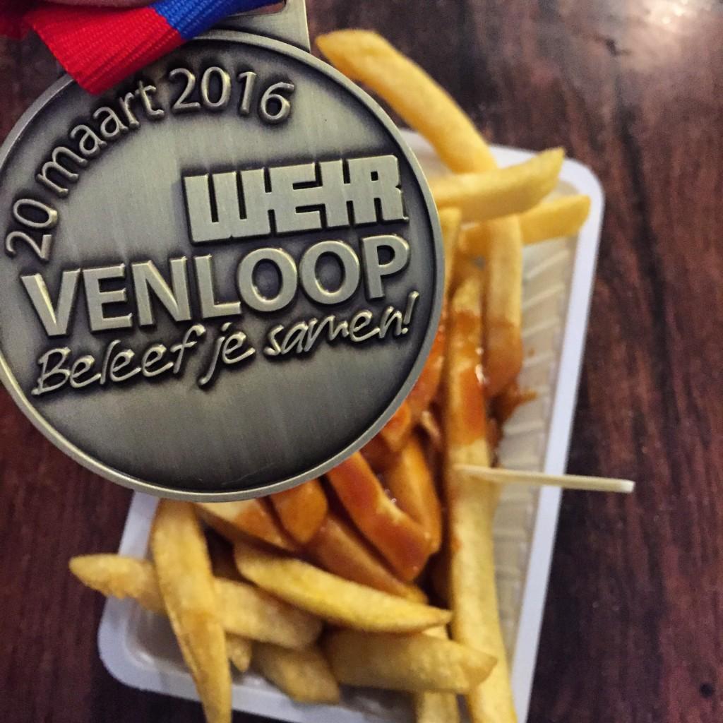 Venloop Halbmarathon Medaille und Pommes