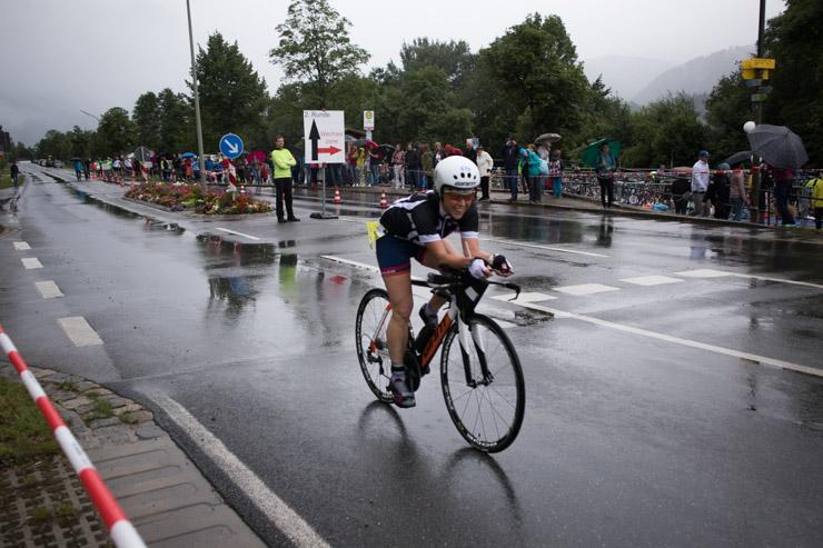 Triathlon Radfahren dem Feld hinterher