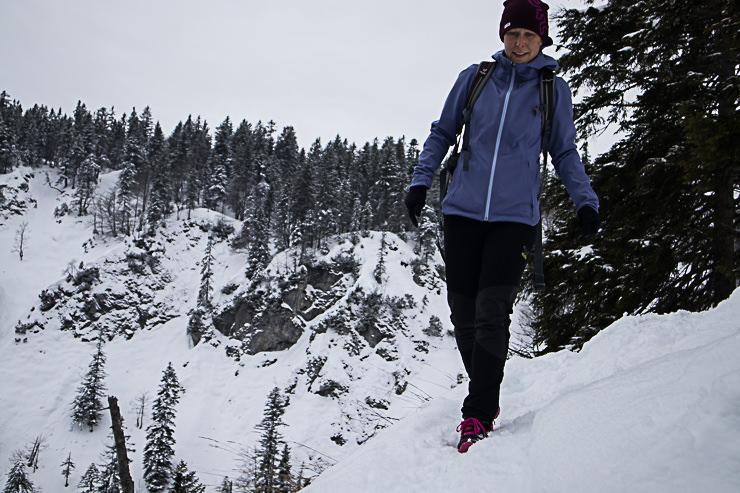 Staffel einsamer Aufstieg Winterwanderung