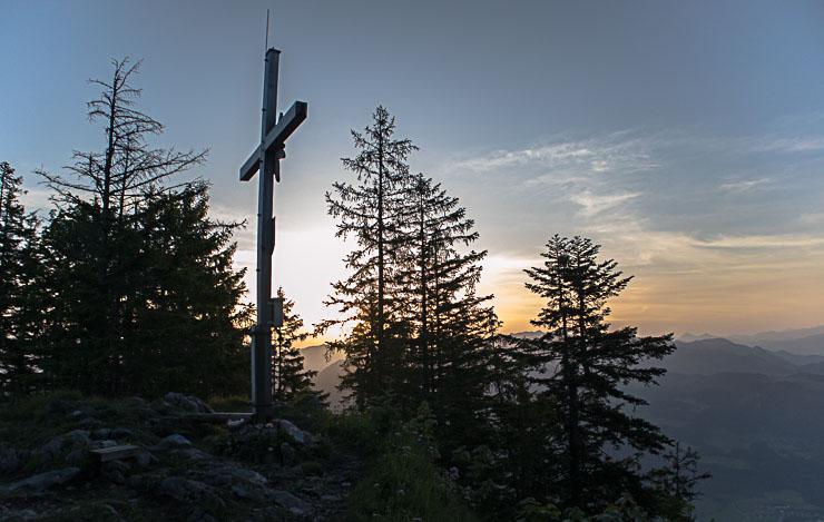 Wildbarren gipfelkreuz vor sonnenaufgang
